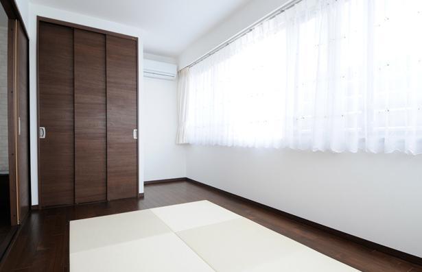 間取りの良さを引き出した開放的な住まいへの部屋 畳がアクセントの洋室