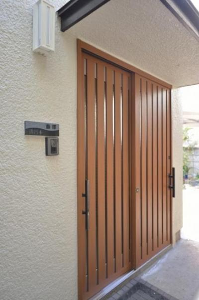 木製引き戸の玄関 (高齢者介護を前提とした自然素材リフォーム)