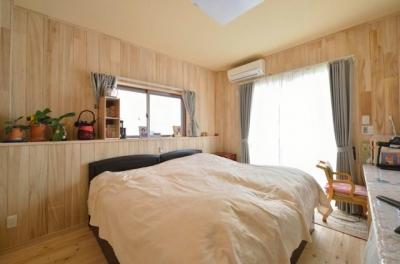 高齢者介護を前提とした自然素材リフォーム (自然素材に囲まれた快適な寝室)
