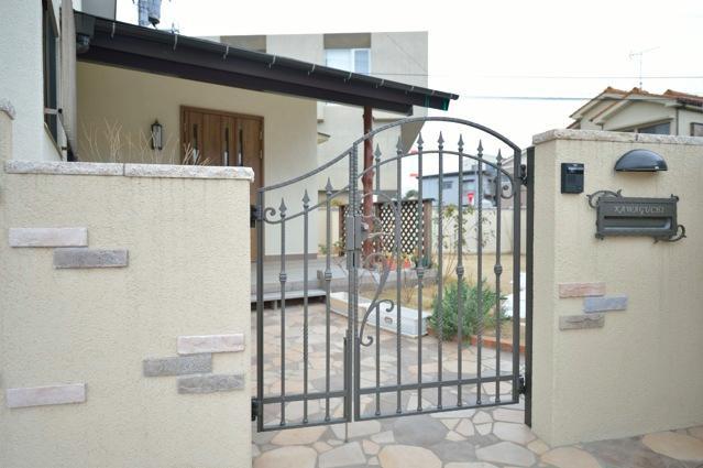 お寺の庫裡の大規模スケルトンリフォームの部屋 お洒落な玄関門扉