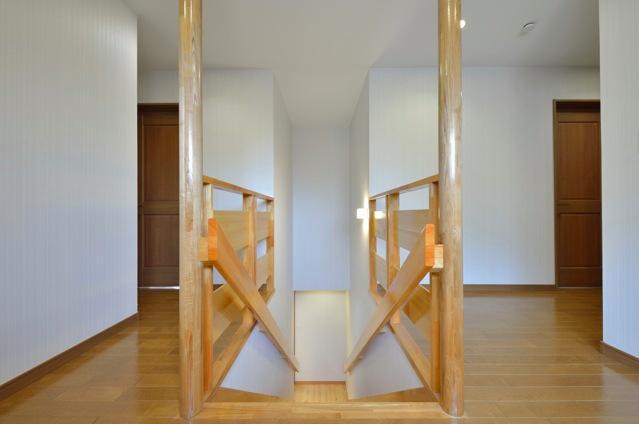 お寺の庫裡の大規模スケルトンリフォームの部屋 無垢材を使用した階段スペース