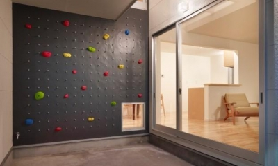 ボルダリングウォール|ボルダリングウォールのある遊び心いっぱいの家