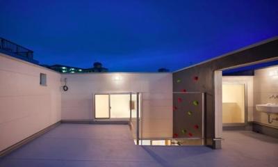 開放的なルーフバルコニー|ボルダリングウォールのある遊び心いっぱいの家