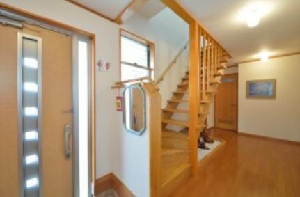 レンガタイル張りの素敵なお家の部屋 開放的な玄関ホール