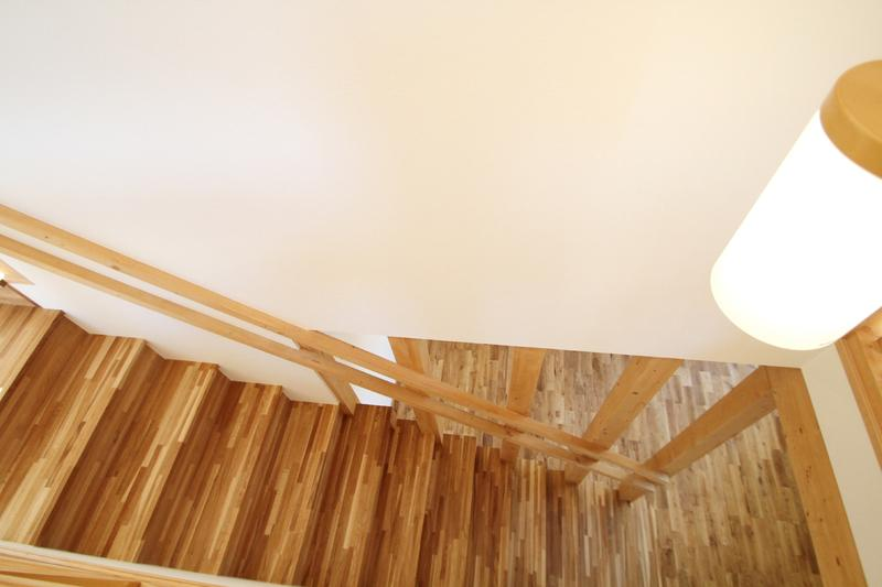 ハリーさんの家の写真 木を感じる階段
