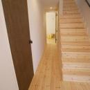 パイン材による玄関・廊下・階段