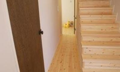 『海を望む家』建築家と建てる横須賀の狭小住宅 (パイン材による玄関・廊下・階段)