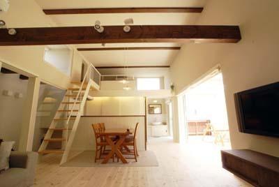 天井高3.5mの2階リビング (『海を望む家』建築家と建てる横須賀の狭小住宅)