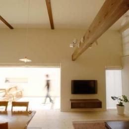 『海を望む家』建築家と建てる横須賀の狭小住宅 (リビングよりテラス側を見る)