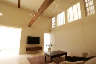 ハイサイドライトのある明るいリビング (『海を望む家』建築家と建てる横須賀の狭小住宅)