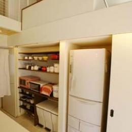 『海を望む家』建築家と建てる横須賀の狭小住宅 (キッチン-背面収納)