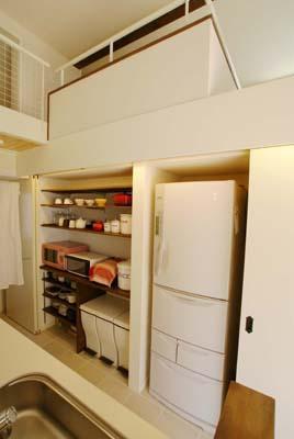 『海を望む家』建築家と建てる横須賀の狭小住宅の写真 キッチン-背面収納