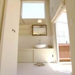 『海を望む家』建築家と建てる横須賀の狭小住宅 (吹き抜けの洗面室)