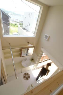 上部ロフトより洗面室を見下ろす (『海を望む家』建築家と建てる横須賀の狭小住宅)