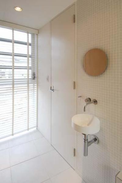 『奥沢の家』温かみ溢れる住まいへ全面リフォーム (すっきりとした玄関手洗い器)
