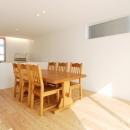 『奥沢の家』温かみ溢れる住まいへ全面リフォームの写真 明るいダイニングキッチン