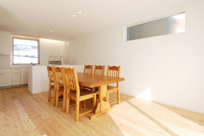 『奥沢の家』温かみ溢れる住まいへ全面リフォーム (明るいダイニングキッチン)