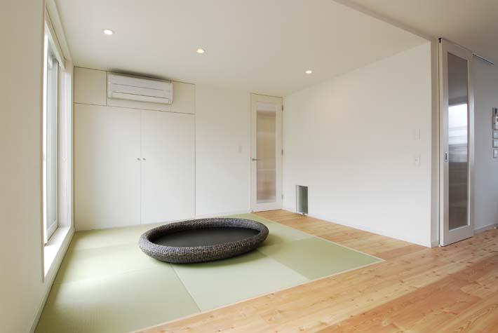 『奥沢の家』温かみ溢れる住まいへ全面リフォーム (リビング脇の畳スペース)