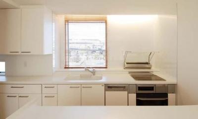 『奥沢の家』温かみ溢れる住まいへ全面リフォーム (白基調の明るいキッチン-1)