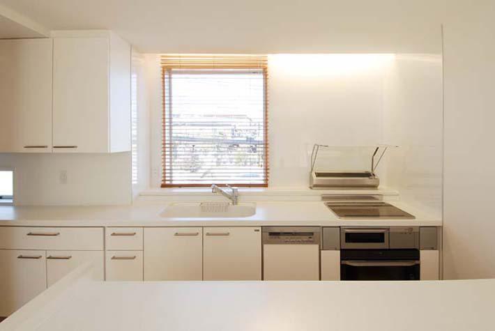 『奥沢の家』温かみ溢れる住まいへ全面リフォームの部屋 白基調の明るいキッチン-1