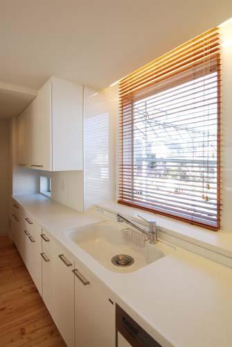 『奥沢の家』温かみ溢れる住まいへ全面リフォーム (白基調の明るいキッチン-2)