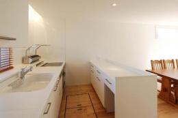 『奥沢の家』温かみ溢れる住まいへ全面リフォーム (作業カウンターのある対面キッチン)
