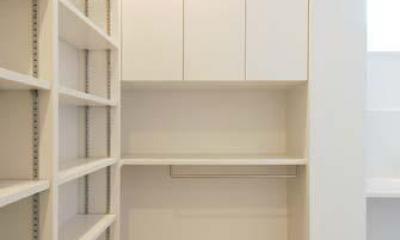 『奥沢の家』温かみ溢れる住まいへ全面リフォーム (洗面室脇のユーティリティスペース)