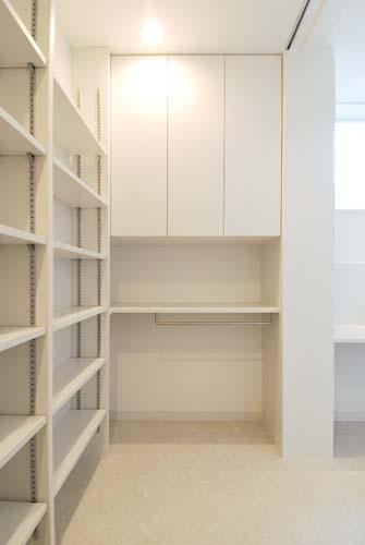 『奥沢の家』温かみ溢れる住まいへ全面リフォームの部屋 洗面室脇のユーティリティスペース