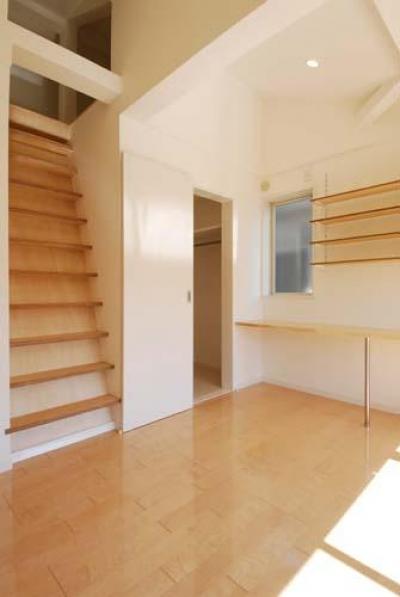 ロフト付きの2階寝室 (『奥沢の家』温かみ溢れる住まいへ全面リフォーム)