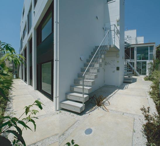 『collina』多様な価値感を受け入れるシンプルな箱の部屋 敷地周囲を廻る路地スペース