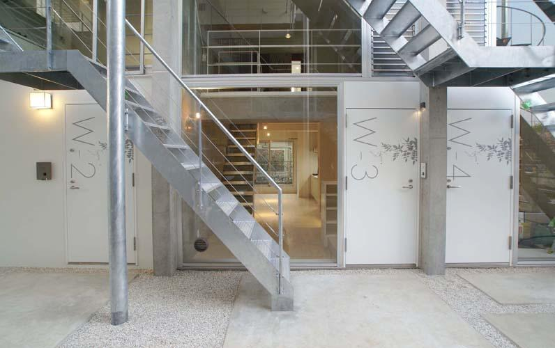 『collina』多様な価値感を受け入れるシンプルな箱の部屋 住戸エントランス・屋外階段