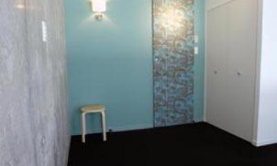 『collina』多様な価値感を受け入れるシンプルな箱 (植物柄の壁紙がアクセントの寝室)