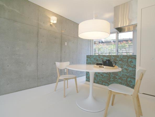 『collina』多様な価値感を受け入れるシンプルな箱の部屋 植物柄の壁紙がアクセントのDK