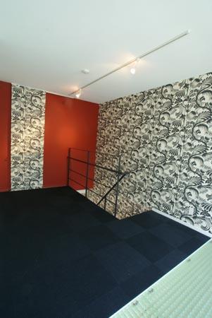 『collina』多様な価値感を受け入れるシンプルな箱の写真 シックな色合いの大人空間