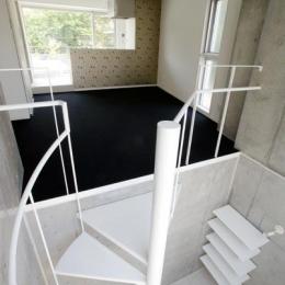 『collina』多様な価値感を受け入れるシンプルな箱-螺旋階段-玄関からリビングへ