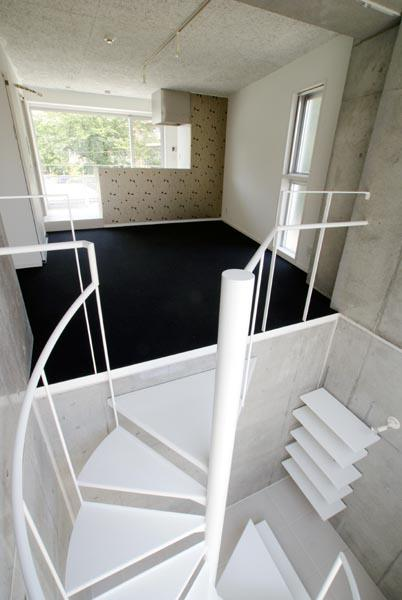 『collina』多様な価値感を受け入れるシンプルな箱の写真 螺旋階段-玄関からリビングへ