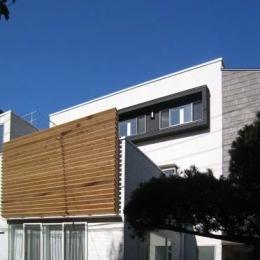 『house-sgs』3階建ての二世帯住宅 (木製ルーバーがアクセントの外観)