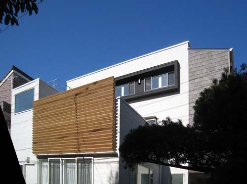 『house-sgs』3階建ての二世帯住宅の部屋 木製ルーバーがアクセントの外観