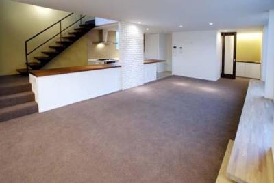 開放的な2階LDK (『house-sgs』3階建ての二世帯住宅)