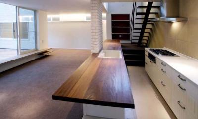 並列配置型のキッチンスペース|『house-sgs』3階建ての二世帯住宅