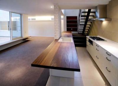 並列配置型のキッチンスペース (『house-sgs』3階建ての二世帯住宅)