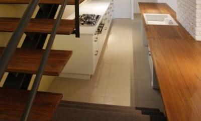 階段・キッチンカウンター|『house-sgs』3階建ての二世帯住宅