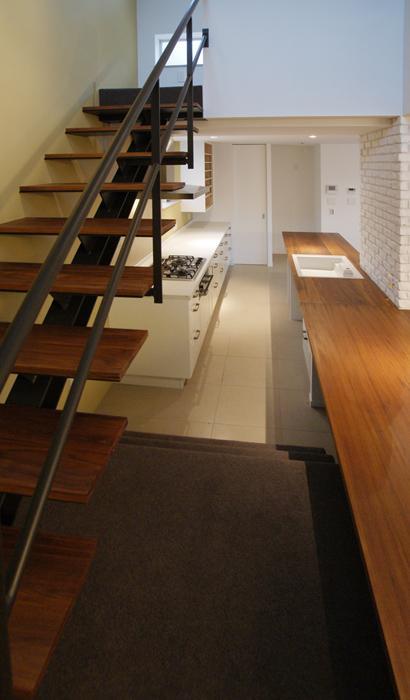 『house-sgs』3階建ての二世帯住宅 (階段・キッチンカウンター)