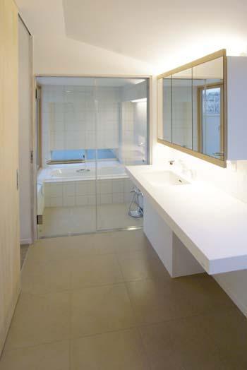 『house-sgs』3階建ての二世帯住宅 (浴室と一体感のある洗面室)