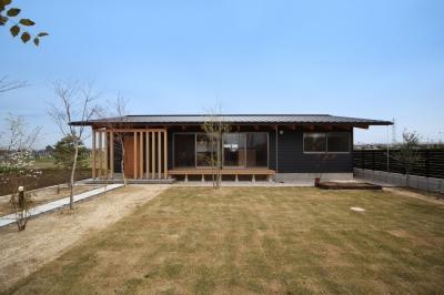 切り妻屋根のシンプルな平屋の家 (外観)