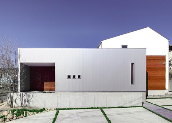 『公園前の家』明るくて風通しの良い住宅の部屋 ガルバリウム鋼板と無垢の木の外観