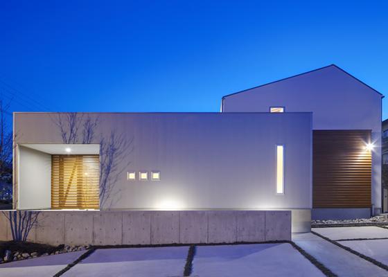 『公園前の家』明るくて風通しの良い住宅の部屋 外観夜景