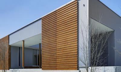 『公園前の家』明るくて風通しの良い住宅 (木製格子戸がアクセントの南側外観)