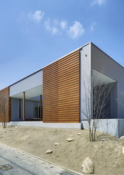 『公園前の家』明るくて風通しの良い住宅の部屋 木製格子戸がアクセントの南側外観