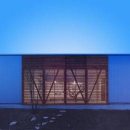 『公園前の家』明るくて風通しの良い住宅 (南側外観-夕景)